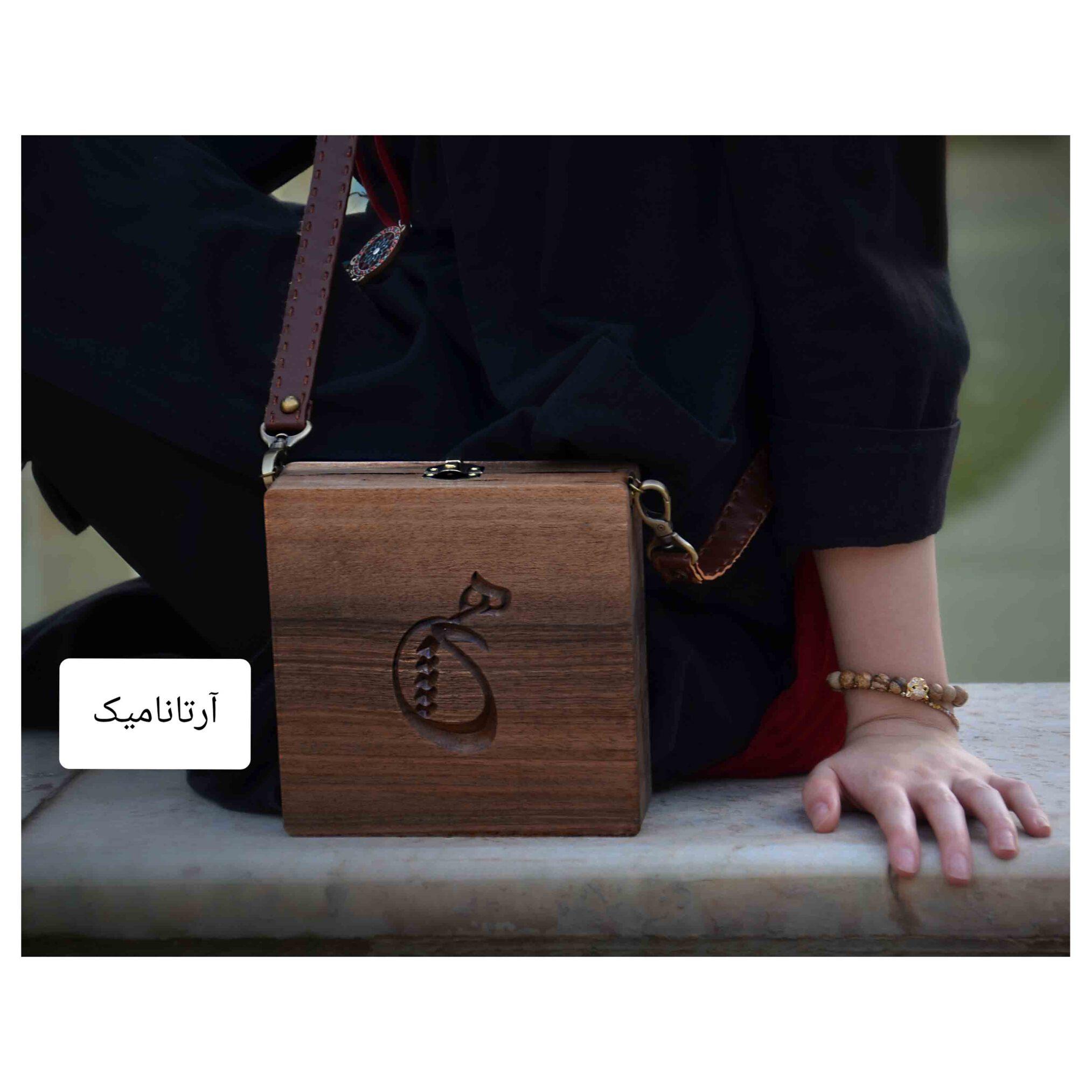 کیف چوبی کادویی طرح هیچ، چرم دوزی شده و ساخته شده از چوب گردو