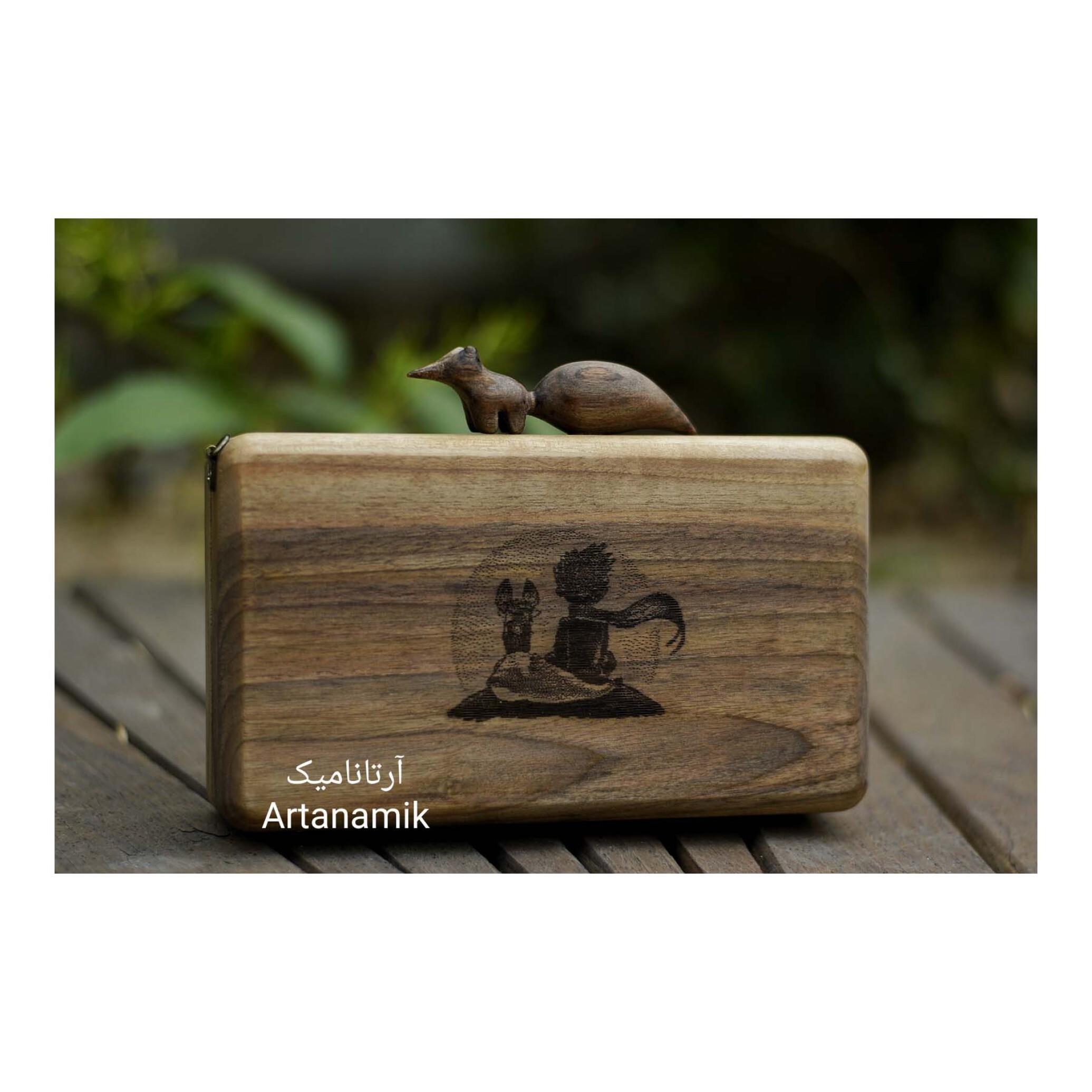 کیف چوبی کادویی طرح شازده کوچولو، چرم دوزی شده و ساخته شده از چوب گردو