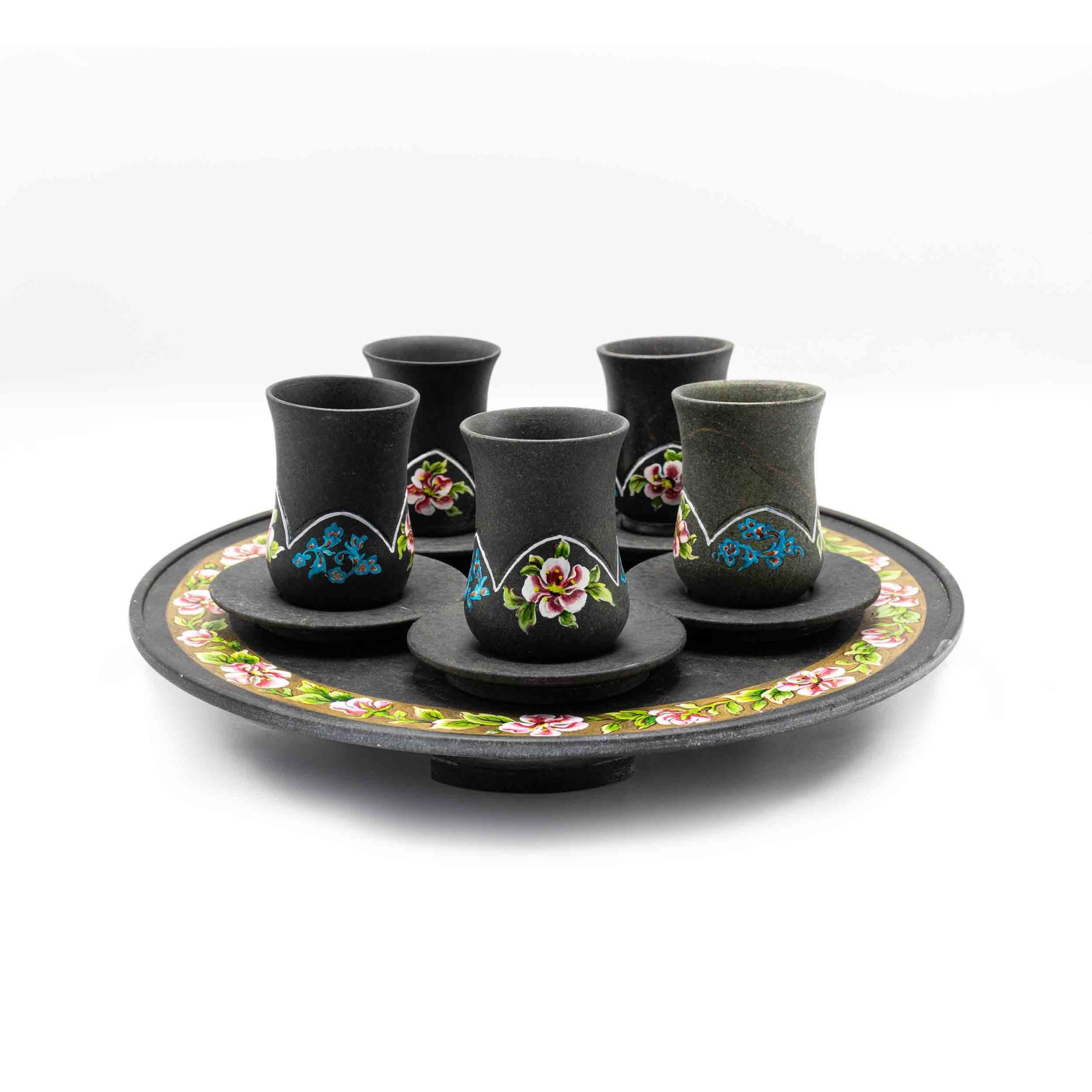 لیوان، نعلبکی و سینی سنگی ساخته شده از سنگ سرپانتین